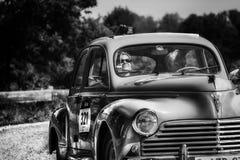 佩萨罗COLLE圣BARTOLO,意大利- 2018年5月17日- :在集会Mille Miglia 2018的标致汽车203 1954老赛车著名意大利人h 图库摄影