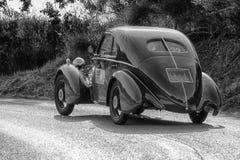 佩萨罗COLLE圣BARTOLO,意大利- 2018年5月17日- :在集会Mille Miglia 2018的菲亚特508电缆敷设船MM BERLINETTA 1935老赛车fa 免版税图库摄影