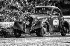 佩萨罗COLLE圣BARTOLO,意大利- 2018年5月17日- :在集会Mille Miglia 2018的菲亚特508电缆敷设船MM BERLINETTA 1935老赛车fa 库存照片