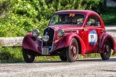 佩萨罗COLLE圣BARTOLO,意大利- 2018年5月17日- :在集会Mille Miglia 2018的菲亚特508电缆敷设船MM BERLINETTA 1935老赛车fa 库存图片