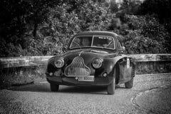 佩萨罗COLLE圣BARTOLO,意大利- 2018年5月17日- :在集会Mille Miglia 2018的菲亚特1100 MM BERLINETTA 1938老赛车famo 免版税库存照片