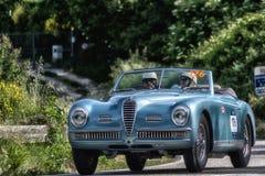 佩萨罗COLLE圣BARTOLO,意大利- 2018年5月17日- :在集会Mille Miglia 20的阿尔法・罗密欧6C 2500 SS敞蓬车PF 1949老赛车 库存照片