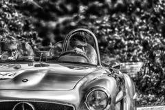 佩萨罗COLLE圣BARTOLO,意大利- 2018年5月17日- :在集会Mille Miglia 2018的默西迪丝190 SL 1955老赛车著名itali 免版税库存照片