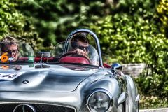 佩萨罗COLLE圣BARTOLO,意大利- 2018年5月17日- :在集会Mille Miglia 2018的默西迪丝190 SL 1955老赛车著名itali 免版税库存图片