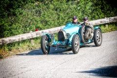佩萨罗COLLE圣BARTOLO,意大利- 2018年5月17日- :在集会Mille Miglia 2018的BUGATTI T 35格兰披治1925老赛车famo 免版税库存图片