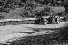 佩萨罗COLLE圣BARTOLO,意大利- 2018年5月17日- :在集会Mille Miglia 2018的BUGATTI T 35格兰披治1925老赛车famo 库存图片
