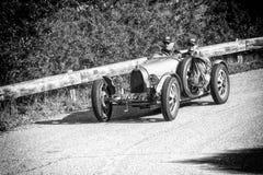 佩萨罗COLLE圣BARTOLO,意大利- 2018年5月17日- :在集会Mille Miglia 2018的BUGATTI T 35格兰披治1925老赛车famo 免版税图库摄影