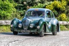 佩萨罗COLLE圣BARTOLO,意大利- 2018年5月17日- :在集会Mille Miglia 2018的HEALEY 2400埃利奥特1947老赛车著名i 免版税库存照片