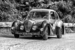 佩萨罗COLLE圣BARTOLO,意大利- 2018年5月17日- :在集会Mille Miglia 2018的HEALEY 2400埃利奥特1947老赛车著名i 免版税图库摄影