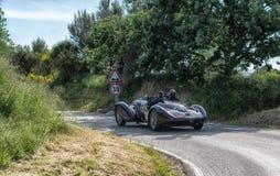 佩萨罗COLLE圣BARTOLO,意大利- 2018年5月17日- :游览1938在集会Mille Migl的阿尔法・罗密欧6C 2300 B MM蜘蛛老赛车 免版税图库摄影