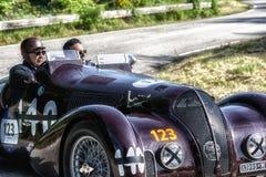 佩萨罗COLLE圣BARTOLO,意大利- 2018年5月17日- :游览1938在集会Mille Migli的阿尔法・罗密欧6C 2300 B MM蜘蛛老赛车 库存照片