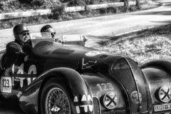 佩萨罗COLLE圣BARTOLO,意大利- 2018年5月17日- :游览1938在集会Mille Migli的阿尔法・罗密欧6C 2300 B MM蜘蛛老赛车 免版税库存照片