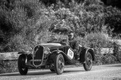 佩萨罗COLLE圣BARTOLO,意大利- 2018年5月17日- :菲亚特508在一辆老赛车的S 1935年在集会Mille Miglia 2018著名ital 库存图片