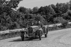 佩萨罗COLLE圣BARTOLO,意大利- 2018年5月17日- :菲亚特508在一辆老赛车的S 1935年在集会Mille Miglia 2018著名ital 免版税库存照片