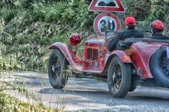 佩萨罗COLLE圣BARTOLO,意大利- 2018年5月17日- :阿尔法・罗密欧6C 1750在一辆老赛车的GS 1930年在集会Mille的Miglia 2018 库存照片