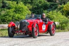 佩萨罗COLLE圣BARTOLO,意大利- 2018年5月17日- :阿斯顿・马丁一辆老赛车的勒芒1933年在集会Mille Miglia 2018 f 库存照片