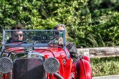 佩萨罗COLLE圣BARTOLO,意大利- 2018年5月17日- :阿斯顿・马丁一辆老赛车的勒芒1933年在集会Mille Miglia 2018 f 免版税库存照片