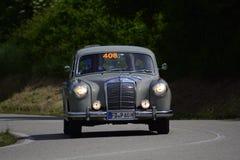 佩萨罗COLLE圣BARTOLO,意大利- 2018年5月17日- :默西迪丝220在一辆老赛车的A 1955年在集会Mille Miglia 2018著名 库存照片