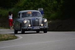 佩萨罗COLLE圣BARTOLO,意大利- 2018年5月17日- :默西迪丝220在一辆老赛车的A 1955年在集会Mille Miglia 2018著名 免版税库存照片