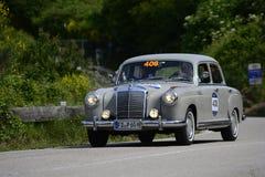 佩萨罗COLLE圣BARTOLO,意大利- 2018年5月17日- :默西迪丝220在一辆老赛车的A 1955年在集会Mille Miglia 2018著名 库存图片