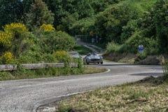 佩萨罗COLLE圣BARTOLO,意大利- 2018年5月17日- :默西迪丝190在一辆老赛车的SL 1956年在集会Mille Miglia 2018著名 免版税库存照片