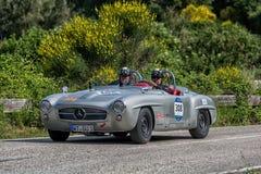 佩萨罗COLLE圣BARTOLO,意大利- 2018年5月17日- :默西迪丝190在一辆老赛车的SL 1956年在集会Mille Miglia 2018著名 库存图片