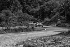 佩萨罗COLLE圣BARTOLO,意大利- 2018年5月17日- :默西迪丝190在一辆老赛车的SL 1956年在集会Mille Miglia 2018著名 免版税图库摄影