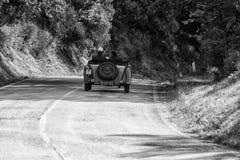 佩萨罗COLLE圣BARTOLO,意大利- 2018年5月17日- :O M 665在集会Mille Miglia 2018的S MM SUPERBA 2000 1929老赛车f 图库摄影