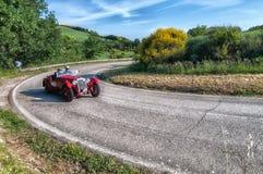 佩萨罗COLLE圣BARTOLO,意大利- 2018年5月17日- :O M 665在集会Mille Miglia 2018的S MM SUPERBA 2000 1929老赛车f 免版税库存照片