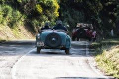 佩萨罗COLLE圣BARTOLO,意大利- 2018年5月17日- :O M 665在集会Mille Miglia 2018的S SUPERBA 2000 1929老赛车famo 免版税库存照片
