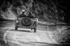 佩萨罗COLLE圣BARTOLO,意大利- 2018年5月17日- :O M 665在集会Mille Miglia 2018的S SUPERBA 2000 1925老赛车famo 免版税库存图片