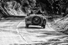 佩萨罗COLLE圣BARTOLO,意大利- 2018年5月17日- :O M 665在集会Mille Miglia 2018的S SUPERBA 2000 1929老赛车famo 图库摄影
