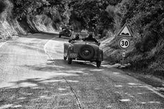 佩萨罗COLLE圣BARTOLO,意大利- 2018年5月17日- :O M 665在集会Mille Miglia 2018的S SUPERBA 2000 1929老赛车famo 免版税图库摄影