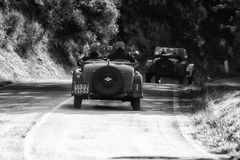 佩萨罗COLLE圣BARTOLO,意大利- 2018年5月17日- :O M 665在集会Mille Miglia 2018的S SUPERBA 2000 1929老赛车famo 库存图片