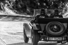 佩萨罗COLLE圣BARTOLO,意大利- 2018年5月17日- :O M 665在集会Mille Miglia 2018的S TT SUPERBA 2000 1929老赛车f 库存照片