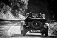 佩萨罗COLLE圣BARTOLO,意大利- 2018年5月17日- :O M 665在集会Mille Miglia 2018的S TT SUPERBA 2000 1929老赛车f 免版税库存图片