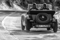 佩萨罗COLLE圣BARTOLO,意大利- 2018年5月17日- :O M 665在集会Mille Miglia 2018的S TT SUPERBA 2000 1929老赛车f 库存图片