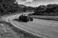佩萨罗COLLE圣BARTOLO,意大利- 2018年5月17日- :O M 665 S SUPERBA 2000年 库存照片