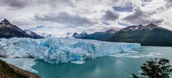 佩里托莫雷诺冰川全景在巴塔哥尼亚-埃尔卡拉法特,阿根廷的 免版税库存图片