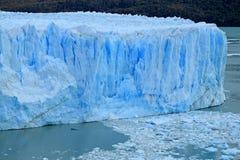 佩里托莫雷诺冰川在Los Glaciares国家公园,埃尔卡拉法特,巴塔哥尼亚,阿根廷惊人的巨大的冰蓝色颜色墙壁  免版税图库摄影
