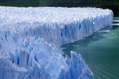 佩里托莫雷诺冰川的冰冷的形成在Canal de Tempanos的在Parque Nacional在埃尔卡拉法特,巴塔哥尼亚, Argenti附近的Las Glaciares 库存图片