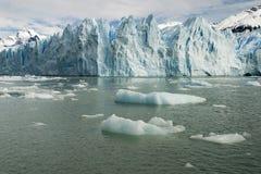 佩里托莫雷诺冰川的部份看法在远足的 图库摄影