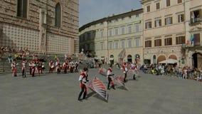 佩鲁贾,意大利- 2019年6月16日 摇旗在大广场 股票视频