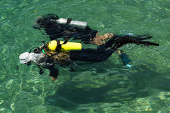 佩戴水肺的潜水培训班 库存图片