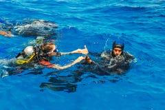 佩戴水肺的潜水教训 库存图片