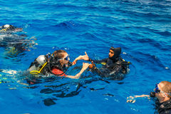 佩戴水肺的潜水教训 库存照片
