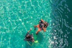 佩戴水肺的潜水教训 免版税图库摄影
