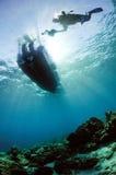 佩戴水肺的潜水潜水者阳光kapoposang苏拉威西岛水下的印度尼西亚 免版税库存图片