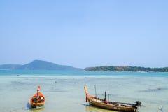 佩戴水肺的潜水的客船在泰国的海 图库摄影