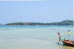 佩戴水肺的潜水的客船在泰国的海 免版税库存照片